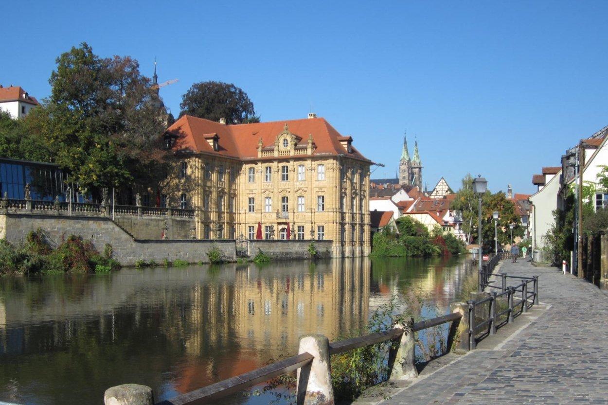 Blick über den linken Regnitzarm auf Schloss Concordia in Bamberg