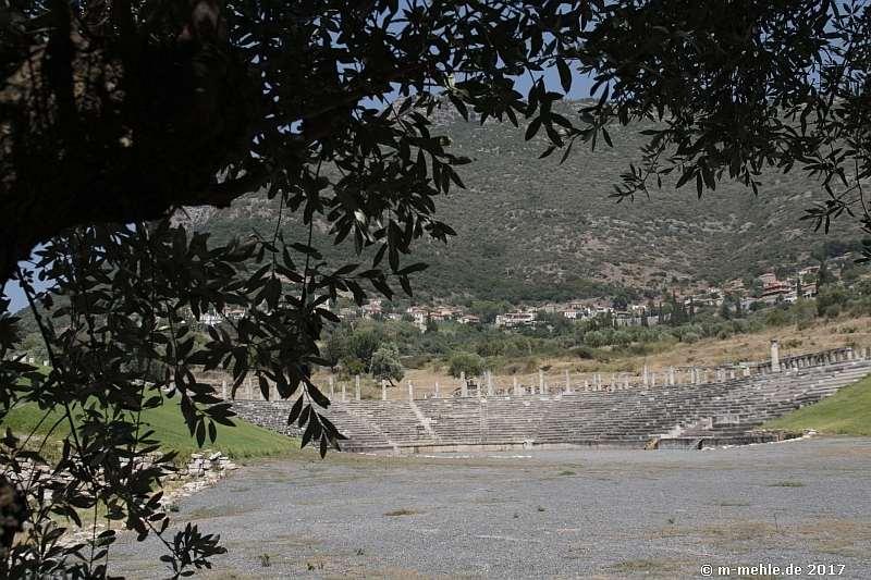 Blick auf das Theater von Messene Richtung Ithome