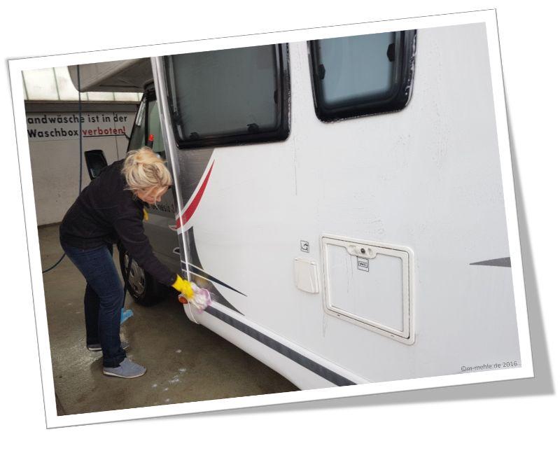 Maria beim Waschen unseres Wohnmobils