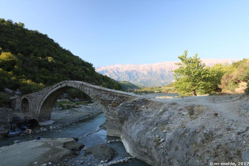 Blick auf die Ura e Katiut,, eine osmanische Steinbogenbrücke