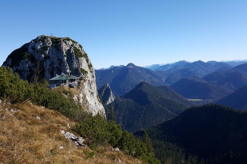 Blick auf den Buchstein mit Tegernseer-Hütte im Vordergrund