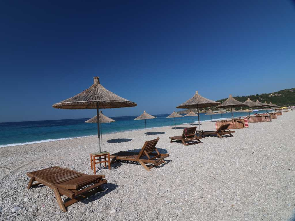 Blick über den Strand in Livadh