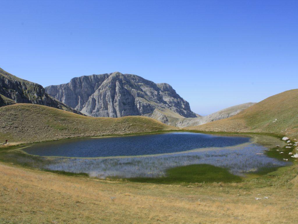 Blick auf den Drachensee im Epirus